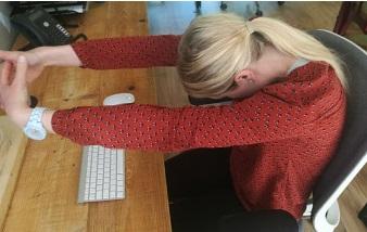 4 10 posiciones de Yoga para mejorar tu bienestar en la oficina.