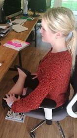 8 10 posiciones de Yoga para mejorar tu bienestar en la oficina.